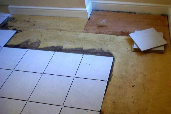 Укладка плитки в ванной на деревянный пол