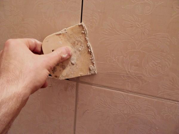 Как замазывать швы на плитке