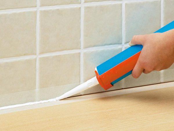 Как герметизировать стык между ванной и стеной
