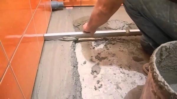 Как залить пол в ванной под плитку