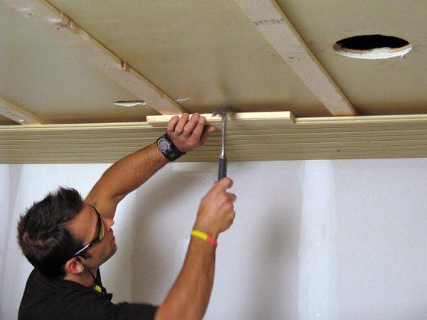Реечный потолок из древесины