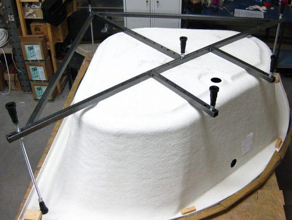 Установка акриловой ванны на регулируемый каркас