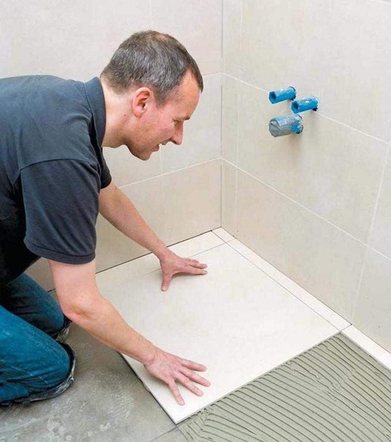 Укладка первой плитки в ванной