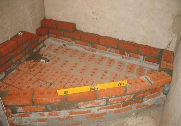 Выложенный подиум для ванны