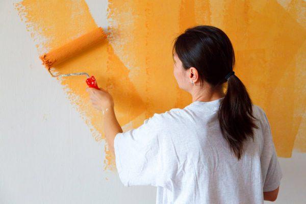 Окрашивание стены в ванной комнате