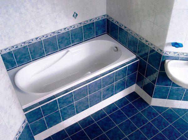 Установка ванны в ванной комнате обложенной плиткой