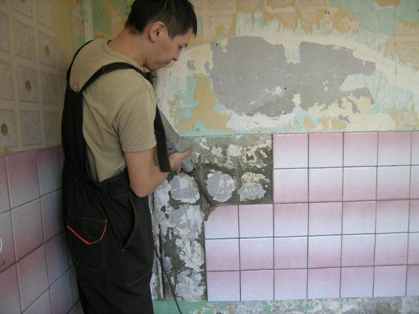 Очистка стены от старой плитки