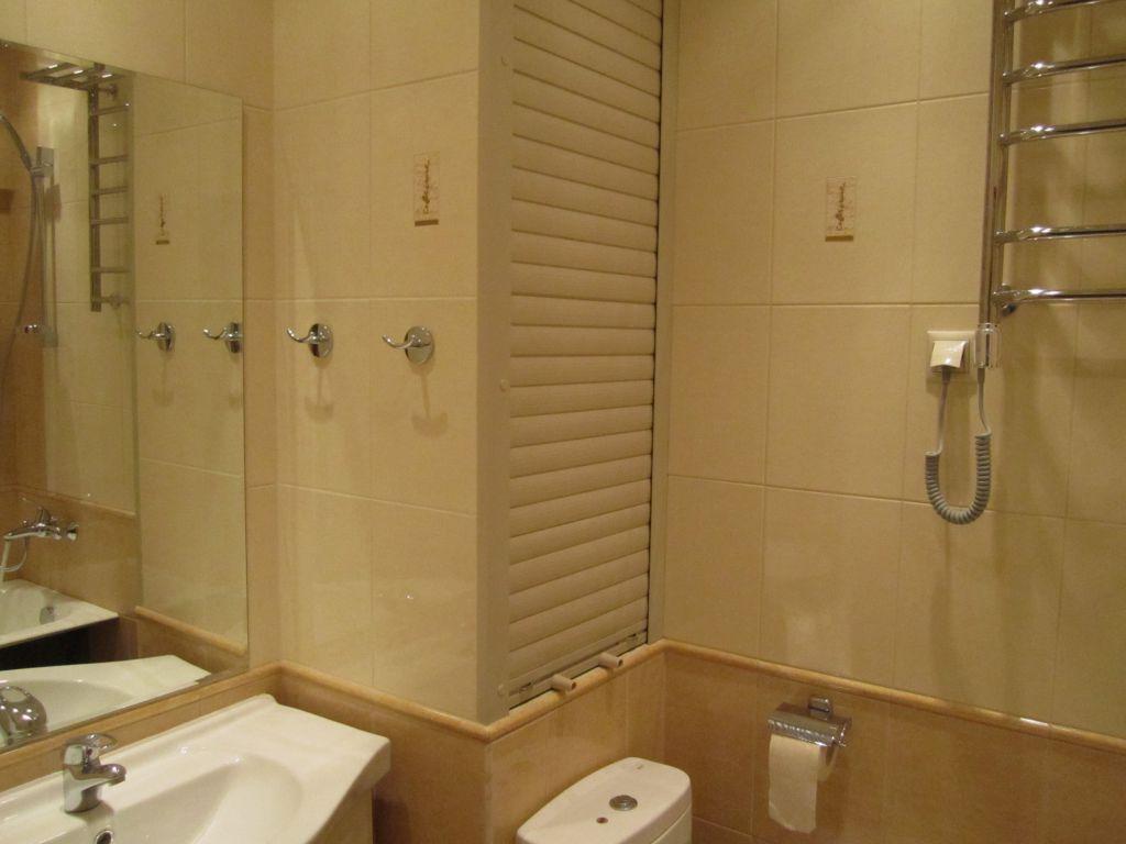 Варианты закрытия труб в туалете сантехнический шкаф