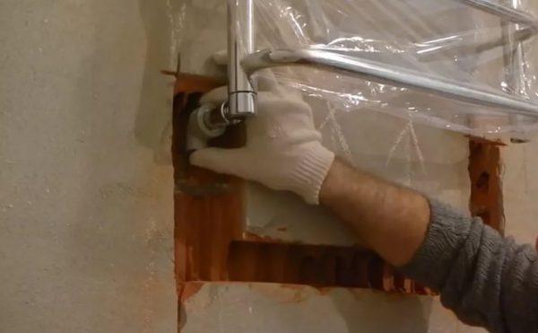 Установка полотенцесушителя в штробу