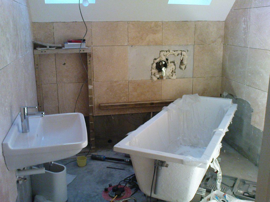 Сантехника электрика коммуникации в ванной смеситель водопроводный купить