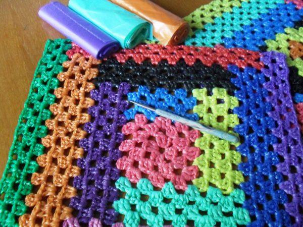 Вязаный коврик из разноцветных целлофановых пакетов
