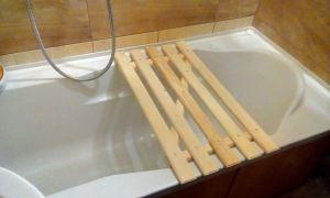 Деревянная или пластиковая решетка на ванну