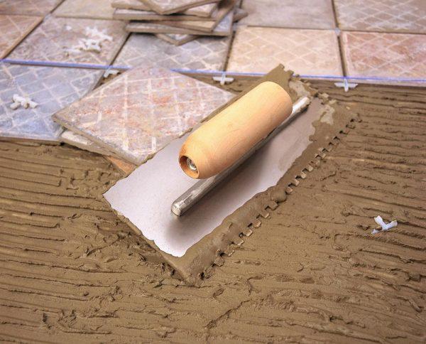 Нанесенный плиточный клей