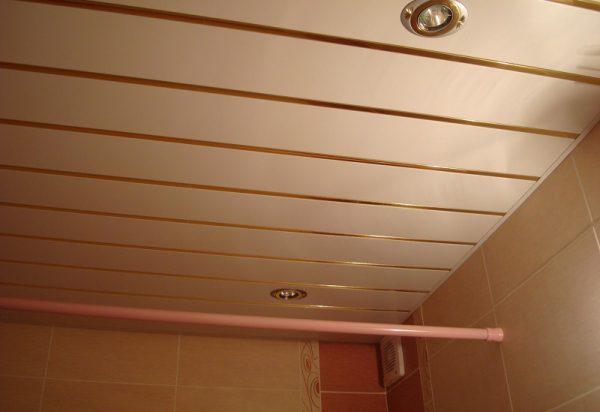 Реечный потолок маскирует  дефекты