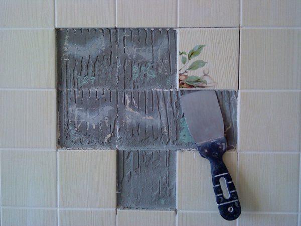 Удаление плитки шпателем
