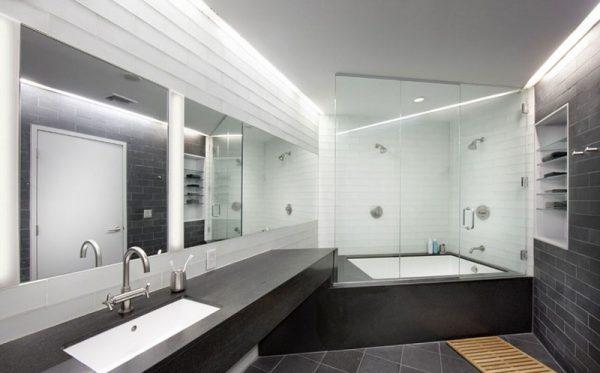 Освещение в комнате сделано грамотно, зеркала меняют восприятие, полочка в стене смотрится гармонично