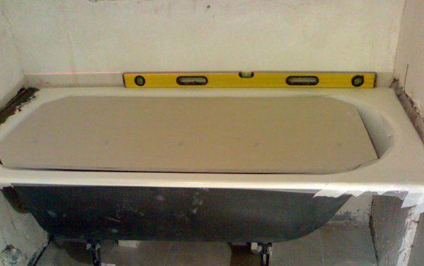 Правильность установки ванны, нужно проверить с помощью уровня