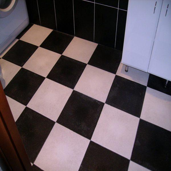 Пол облицован керамической плиткой