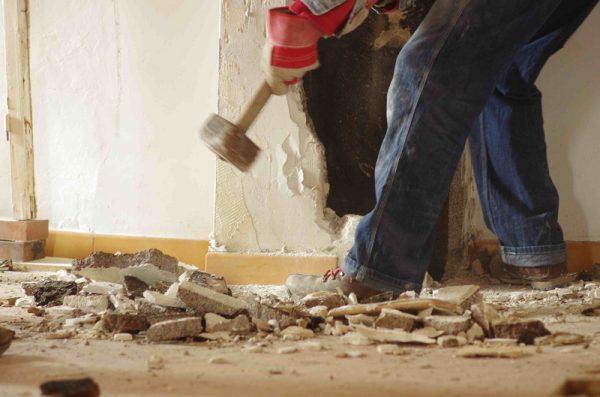 Демонтаж стены кувалдой
