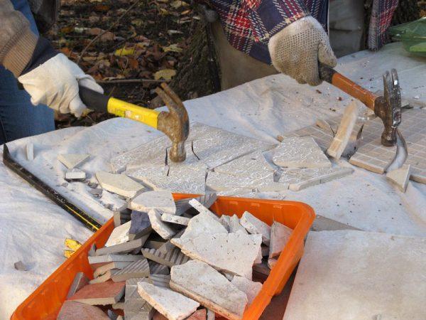 Разбивание плитки молотком