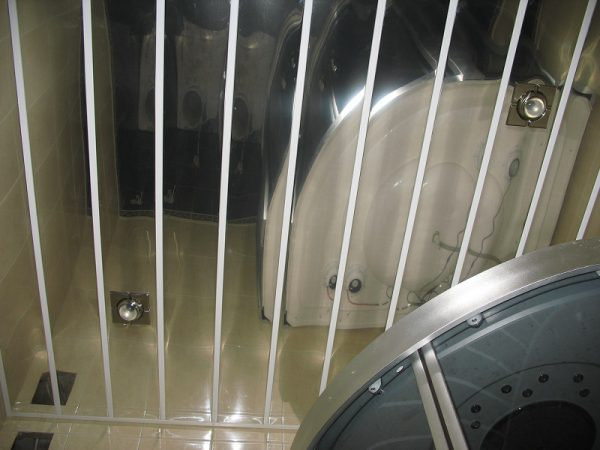 Реечный-зеркальный потолок