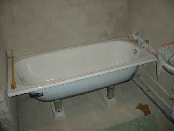 Установка стальной ванны на опоры