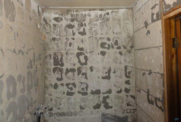 Очищенная стена от плитки
