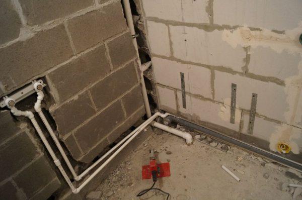 Трубы, скрытые в стене