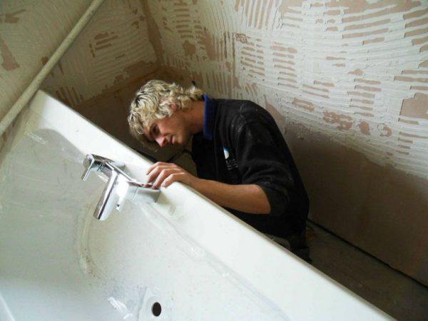 Установка смесителя в борт ванны