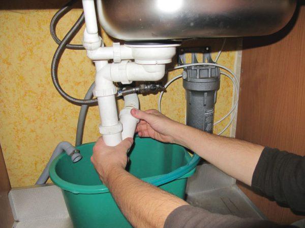 Подготовка ведра для сбора жидкости