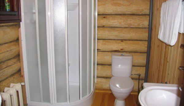 Душевая кабина в деревянном доме